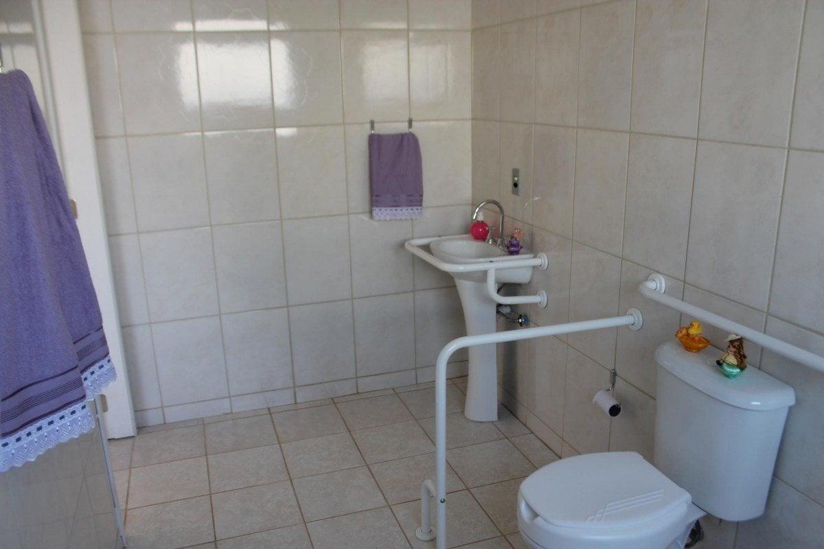 Estrutura dos banheiros foi preparada para atender os idosos. (Foto  #4C4C71 1200x800 Acessórios Para Banheiro Idosos