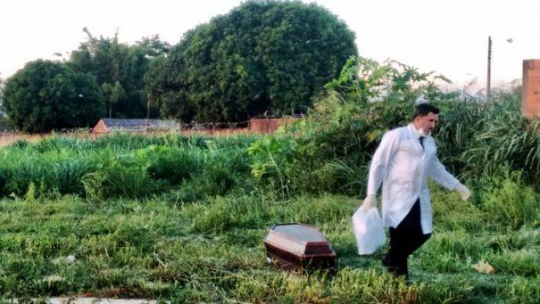 Corpo masculino foi localizado em terreno baldio no Jardim Murayama, na tarde de anteontem (Foto: Tatyana Montera Polettini)