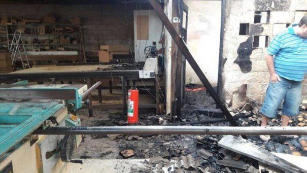 Chamas também danificaram a parte elétrica do estabelecimento (Foto: Divulgação)