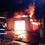 Em seis horas, bombeiros cessam fogo em oficina