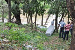 Foi preciso que uma equipe do Corpo de Bombeiros removesse o cadáver de dentro do rio