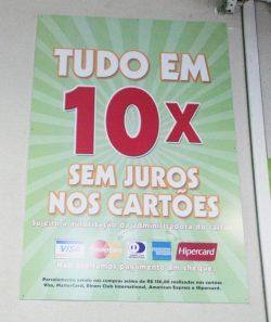 Em cartazes que mostram a forma de pagamento, avisos informam que cheques não são mais aceitos