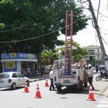 Caminhão derruba fios e arranca poste no Centro