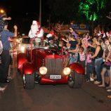 Nos braços do povo, Papai Noel chega e para a Praça Rui Barbosa