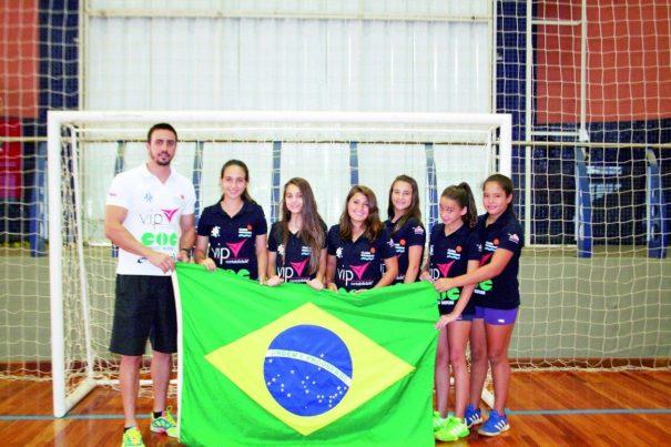 Jogadoras de handebol do Clube Mogiano se espelham em atletas campeãs mundiais e nutrem o sonho de alcançar a seleção brasileira.(Foto: Diego Ortiz)