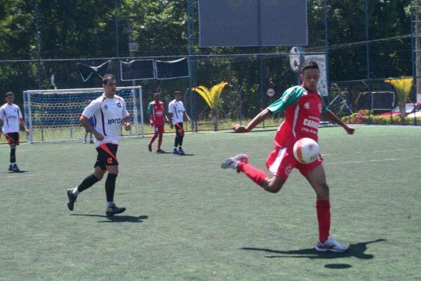 Santa Luzia estreou com vitória diante do Amigos, no campo do Placar. (Foto: Diego Ortiz)