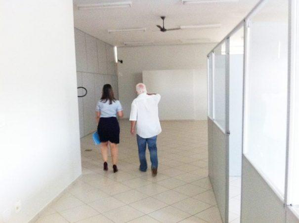 Ontem à tarde, Adriana e o assessor especial da presidência, Clodomar Tavares, visitaram quatro prédios (Foto: Everton Zaniboni)