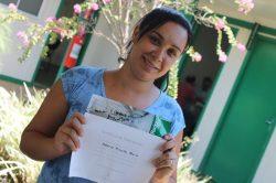 Valéria já concluiu o curso e mostra o certificado com orgulho (Foto: Everton Zaniboni)