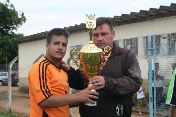 Rodolfo, goleiro do ABB/Vila Dias, recebe o troféu de vice-campeão do certame. (Foto: Diego Ortiz)