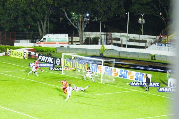 Serginho arremata para fazer o primeiro gol do Mogi, em Itapira. (Foto: Diego Ortiz)