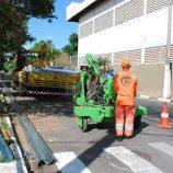 Novos trechos da Avenida Brasil recebem defensas metálicas