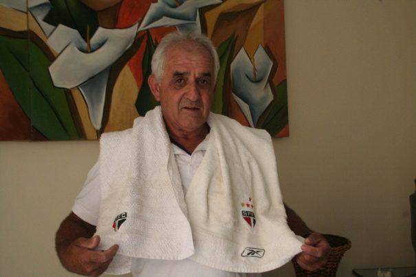 Mineiro com duas toalhas utilizadas pelo goleiro Rogério Ceni. (Foto: Diego Ortiz)