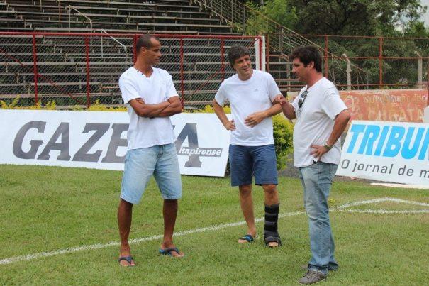 Rivaldo e Bonetti estiveram nesta terça-feira no Estádio Coronel Chico Vieira, em Itapira, e foram recebidos pelo dirigente do clube, Candreva (Foto: Divulgação)