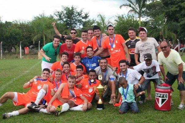 Novacoop fez a festa no Estádio Maria Paula, na Vila Dias, festejando o título. (Foto: Diego Ortiz)