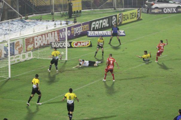 Edson Ratinho marca o gol do Mogi Mirim diante do São Bernardo (Foto: Divulgação)