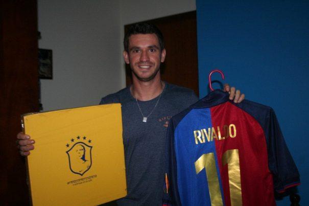 Gui Dovigo com os produtos que ainda não teve coragem de vender: kit da despedida de Ronaldo e camisa de Rivaldo. (Foto: Diego Ortiz)