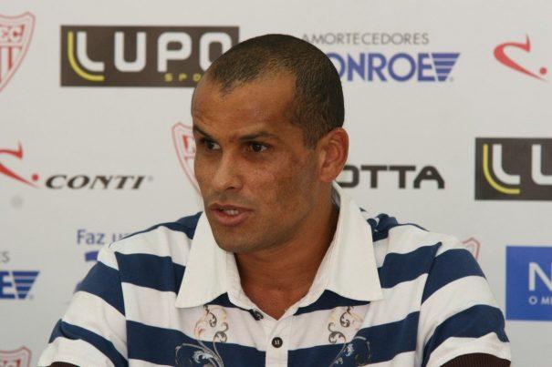 Presidente do Mogi, Rivaldo divulgou e-mail e número de telefone para interessados em ajudar o clube. (Foto: Arquivo)