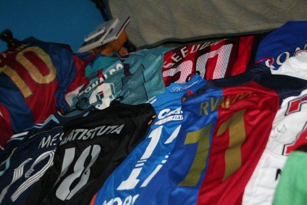 Camisa de Seedorf, do Milan, é uma das peças especiais da coleção de Gui Dovigo. (Foto: Diego Ortiz)