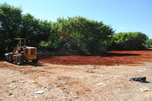 Máquina trabalha na terraplenagem de uma área livre de resíduos plástico (Foto: Divulgação)