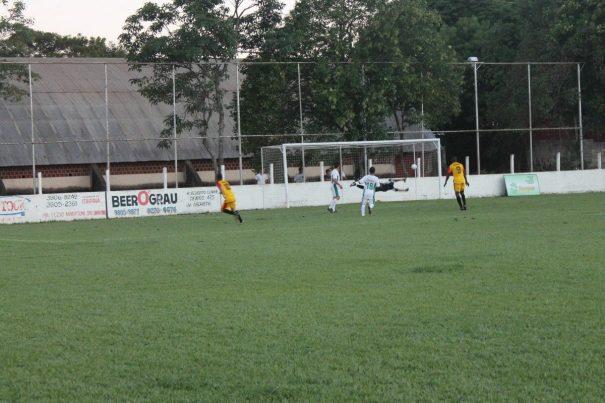 Destaque da decisão, Diguinho finalizou com categoria para fazer o terceiro gol da Aparecidinha. (Foto: Everton Zaniboni)