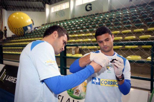 Em 2012, Fabinho esteve na seleção brasileira de futsal, com Falcão. (Foto: Reprodução)