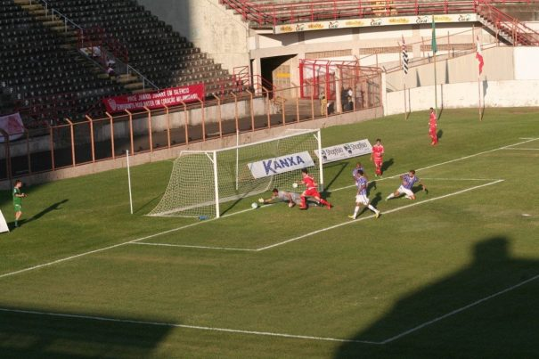 Em finalização de Vitor Xavier, bola ia ultrapassando a linha, mas goleiro conseguiu tirar. (Foto: Diego Ortiz)