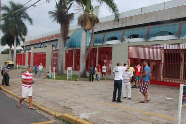 Em frente ao estádio, torcedores aguardavam manifestações, mas acabaram se decepcionando. (Foto: Fernando Surur)