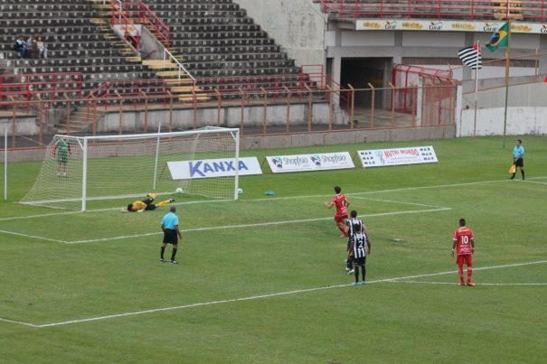 Vitor Xavier abriu o placar, em cobrança de pênalti, no canto esquerdo do goleiro. (Foto: Fernando Surur)
