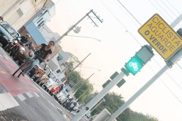 Semáforos foram instalados nesta semana para os ciclistas (Foto: Everton Zaniboni)