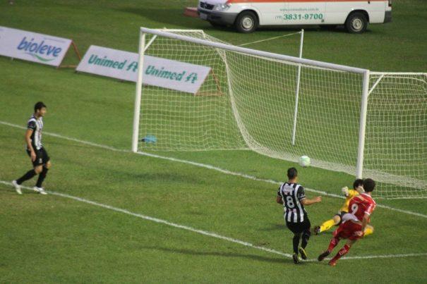 Vitor Xavier chuta cruzado, marca seu segundo gol e o terceiro do Sapo. (Foto: Fernando Surur)