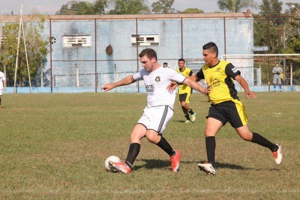 Ouro Preto (uniforme branco e preto) bateu o América (amarelo e preto) e conquistou sua primeira vitória na competição