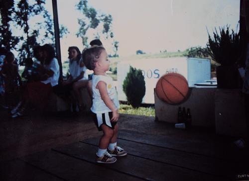 Marquinho, ainda criança, com uma bola de basquete. (Foto: Arquivo Pessoal)