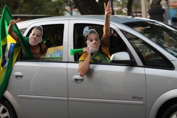 Máscaras de Neymar foram uma das atrações na comemoração brasileira na Praça Rui Barbosa. (Foto: Diego Ortiz)