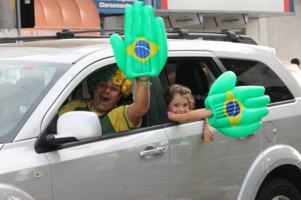 Famílias fizeram a festa e mãos gigantes foram apresentadas por diferentes gerações. (Foto: Diego Ortiz)