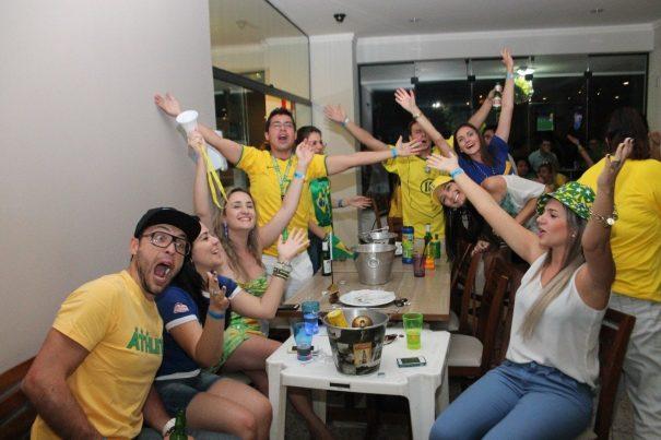 Torcedores festejam a vitória brasileira, cantando e pulando ao final do jogo. (Foto: Everton Zaniboni)
