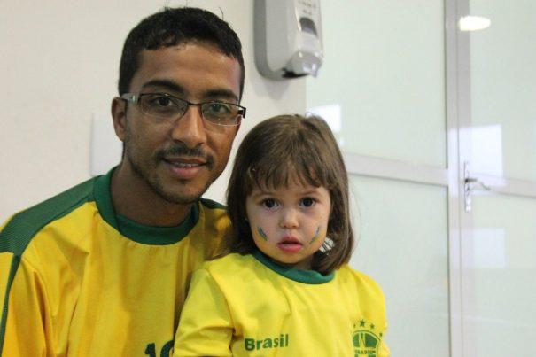 Reinaldo e a filha Giovanna: da festa do jogo para o Hospital 22 de Outubro. (Foto: Diego Ortiz)