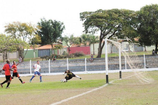 Fabiano finaliza para marcar seu segundo gol na goleada de 4 a 0 do Clube Mogiano contra o Café Lan House. (Foto: Diego Ortiz)