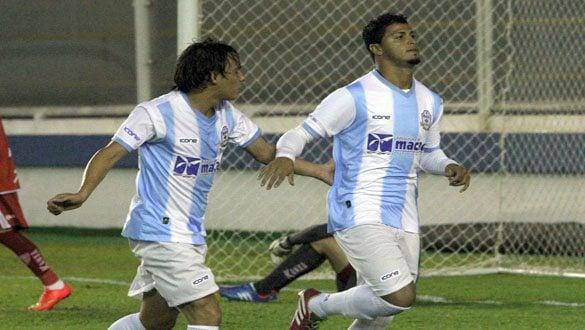 Romário (à frente) corre na comemoração de gol do Macaé contra o Mogi Mirim. (Foto: Tiago Ferreira/Divulgação)