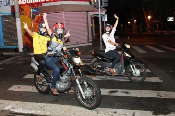 Victória Amaral e Paula Faganelo (juntas, na moto) festejaram na Rui Barbosa e partiram para continuar a festa em Mogi Guaçu. (Foto: Letícia Guimarães)