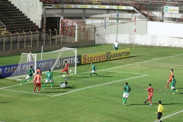 Marlon evitou o gol do Guarani, tirando a bola de calcanhar. (Foto: Fernando Surur)