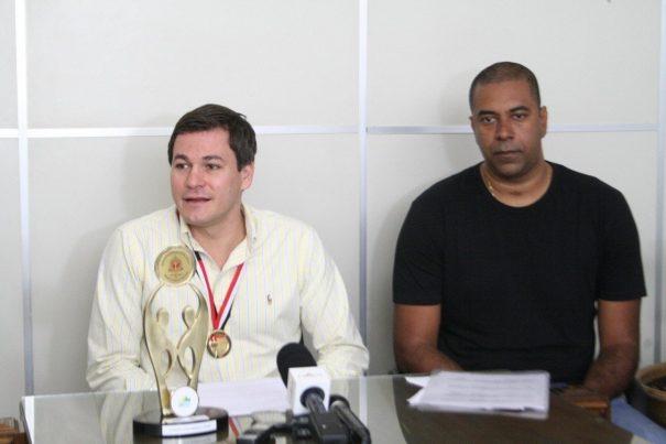 Prefeito Gustavo Stupp e secretário Dirceu Paulino em entrevista coletiva sobre o esporte da cidade. (Foto: Diego Ortiz)