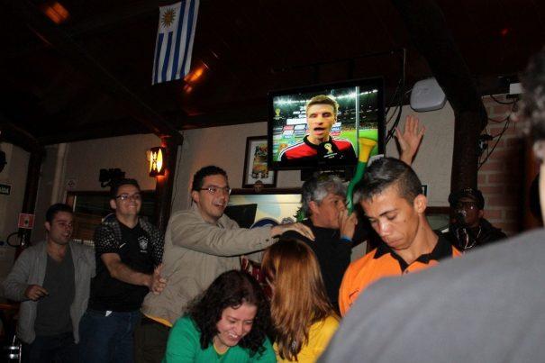 """Tristeza com """"massacre"""" foi aliviada com samba e até trenzinho no BDC. (Foto: Diego Ortiz)"""
