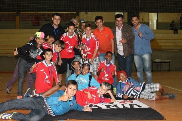 Garotos do Unidos do Silvânia celebraram título da categoria sub-14. (Foto: Diego Ortiz)