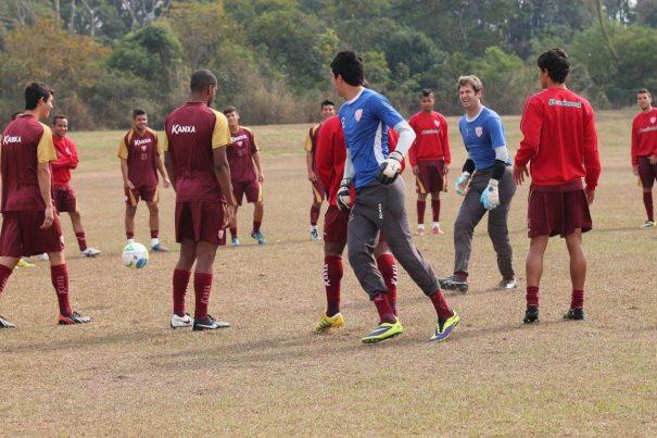 Na quinta-feira, Mogi Mirim treinou sem o técnico Claudinho Batista, que estava com uma virose. (Foto: Diego Ortiz)
