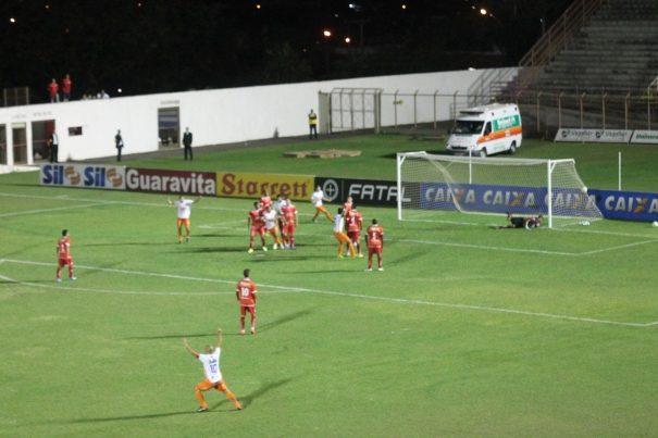 Washington marcou de cabeça o gol de empate do Duque, aproveitando bola de Harison. (Foto: Diego Ortiz)