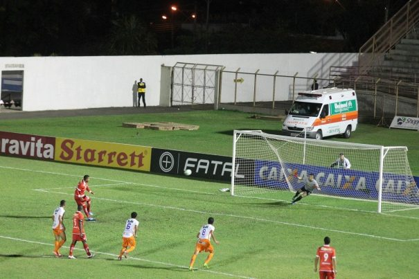 Everton Heleno converteu a cobrança de pênalti e fez o segundo gol do Mogi. (Foto: Diego Ortiz)