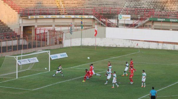 Nando desvia de cabeça para fazer o gol da vitória do Mogi Mirim diante do Juventude. (Foto: Diego Ortiz)