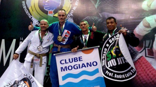 Wagninho (o terceiro da esquerda para a direita) foi um dos lutadores que garantiu o bronze. (Foto: Divulgação)
