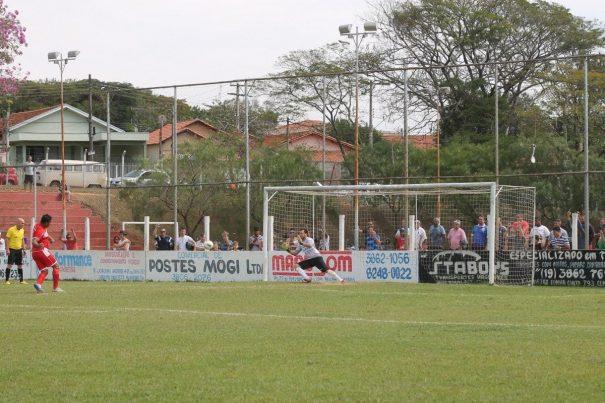 Edinho defendeu a cobrança de pênalti batida por Ademir Negão. (Foto: Diego Ortiz)