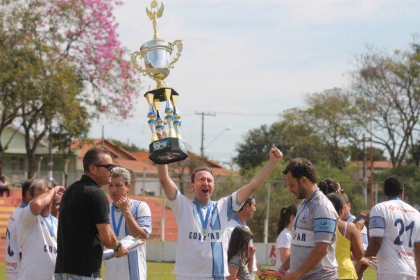 Polenta, com o troféu, venceu o Veteranos pela quarta vez seguida. (Foto: Diego Ortiz)